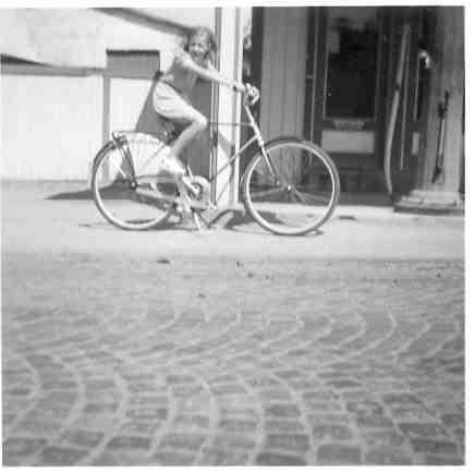 May-Britt utanför bensinstationen på Tillysborg